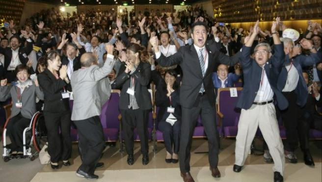 La delegación japonesa celebra su elección para albergar los Juegos de 2020.