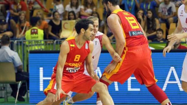 José Manuel Calderón conduce el balón con el apoyo en el bloque de Marc Gasol.