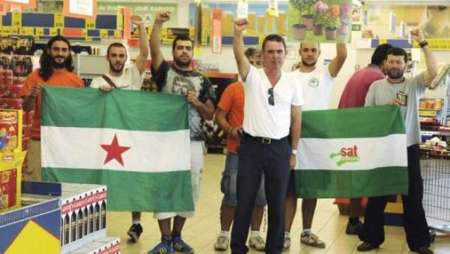 Un grupo de afiliados al Sindicato de Trabajadores Andaluz en un supermercado.