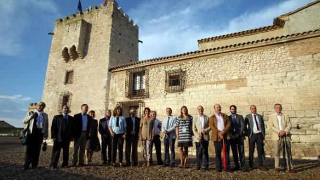 Las autoridades e invitados posan ante el castillo restaurado