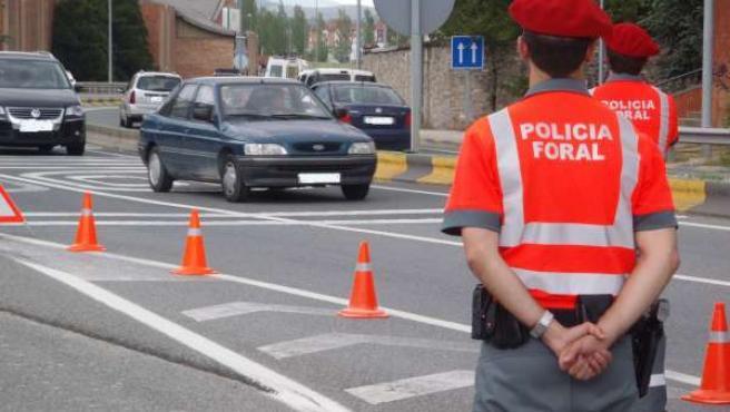 Agentes de la Policía Foral en un control.