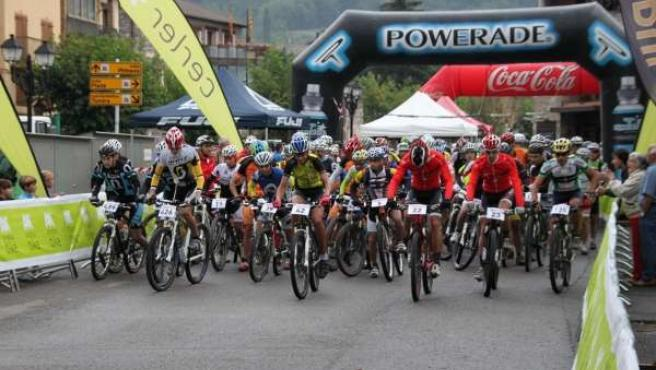 Más de 200 ciclistas participan en la Non Stop 2013 de Aramon Bike.