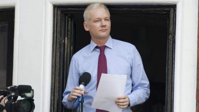 El fundador de Wikileaks, Julaian Assange, en el balcón de la embajada de Ecuador en Londres.