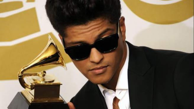 Bruno Mars posa con un premio en la 53 edición de los Premios Grammy.
