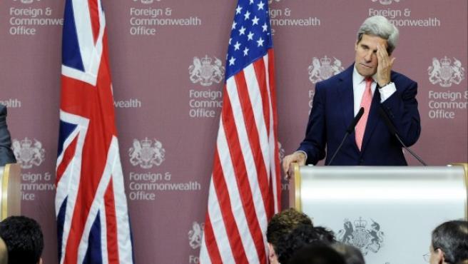 William Hague (izda) y el secretario de estado estadounidense, John Kerry (dcha), ofrecen una rueda de prensa tras su reunión en Londres (Reino Unido). EE UU le da una semana a Al Asad para entregar las armas químicas y evitar el ataque.