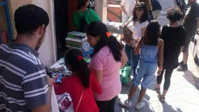 Imagen cedida por la plataforma 'Barrio del Pilar en Lucha' del mercadillo de trueque de material escolar en el Barrio del Pilar en Madrid.