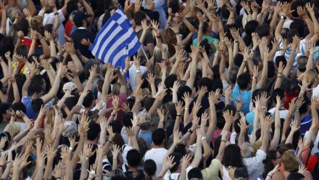 Varios manifestantes protestan en Grecia.