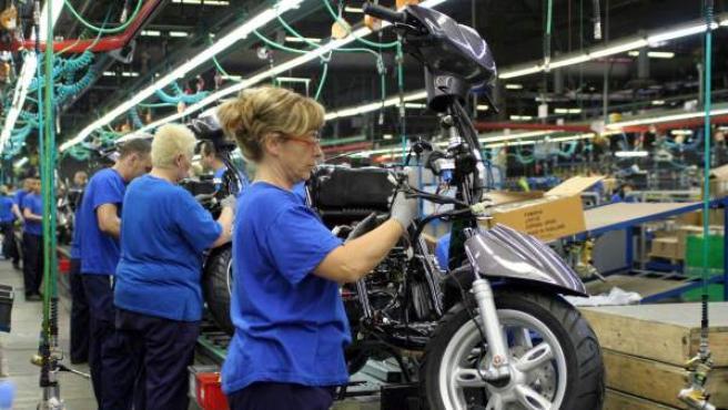 Varias personas, trabajando en una fábrica.