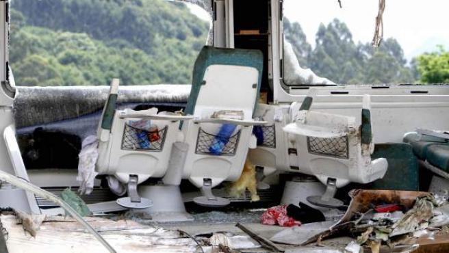 Interior de uno de los vagones del tren Alvia procedente de Madrid, que descarriló este miércoles a la altura de Santiago de Compostela causando hasta ahora 79 muertos y más de cien heridos, durante las labores de retirada.