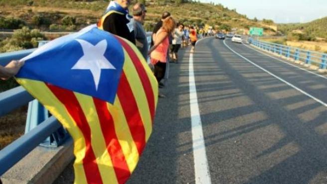 Una de las cadenas humanas que se han ido celebrando como previa a la Via Catalana per la Independència de la Diada.