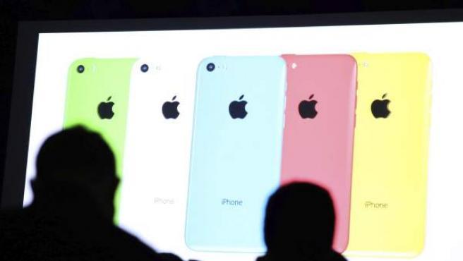 Unos periodistas atienden a la presentación del nuevo iPhone 5 S, celebrada en Cupertino, California.