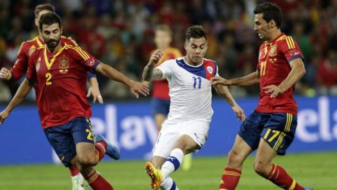 Vargas marca uno de los goles en el España - Chile en presencia de Albiol y Arbeloa.