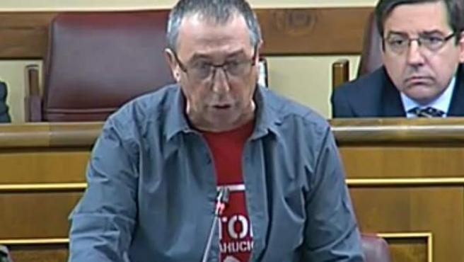 Una imagen del diputado de Compromís Joan Baldoví, con la camiseta de Stop Desahucios, en el Congreso.