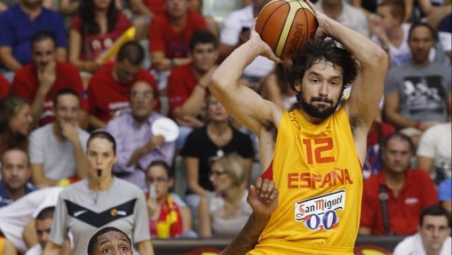 El base de la selección española de baloncesto Sergio Llull (d) controla el balón junto a Sullivan (i), de la selección de Gran Bretaña.