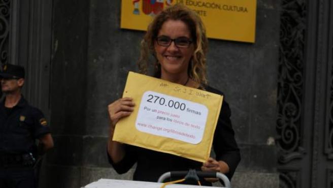 Elena Alfaro, en la puerta del Ministerio de Educación, antes de entregar las firmas conseguidas para abaratar los libros de texto.