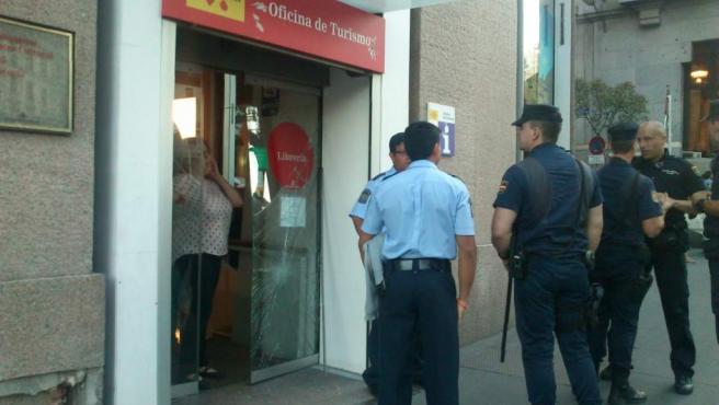 Imagen del Centro Blanquerna, con la puerta destrozada por desconocidos durante la Diada.