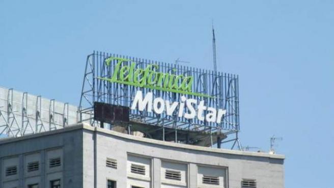 Cartel luminoso de Telefónica Movistar, colocado en lo alto de un edificio en el Paseo de la Castellana de Madrid.