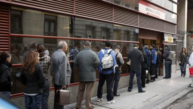 Cola en el exterior de la oficina del INEM en la calle Evaristo San Miguel, en Madrid.