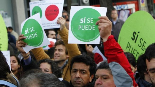 Centenares de personas realizan un escrache ante la sede del PP en Madrid.