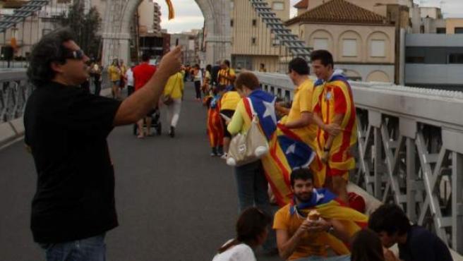 Ciudadanos tomando posiciones en uno de los tramos de la Vía Catalana.
