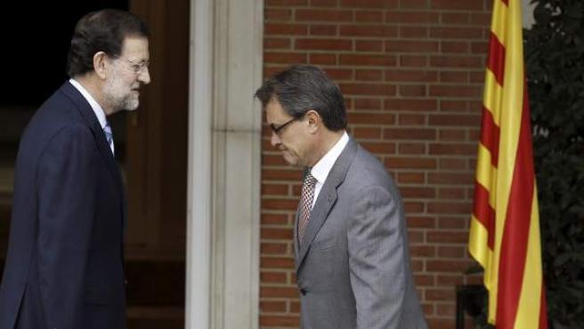 El jefe del Gobierno, Mariano Rajoy (i), recibe al presidente de la Generalitat, Artur Mas.