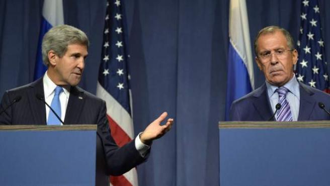 El secretario de Estado de Estados Unidos, John Kerry (i), y el ministro de Asuntos Exteriores ruso Sergei Lavrov (d), pronuncian unas palabras tras la reunión sobre el conflicto sirio que han mantenido en Ginebra.