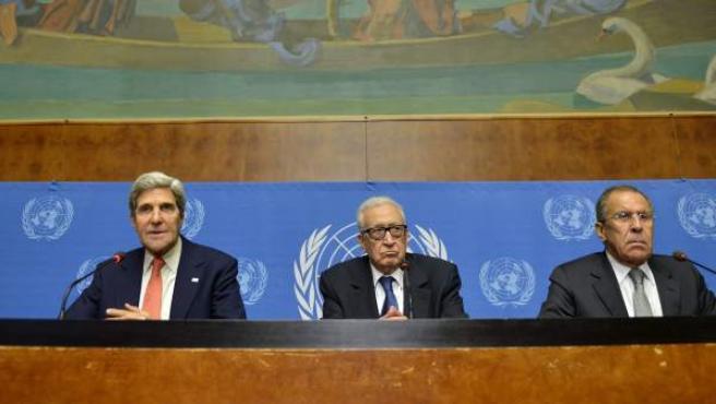 El secretario de Estado estadounidense, John Kerry (i), el mediador internacional para Siria, Lajdar Brahimi (c), y el ministro ruso de Exteriores, Sergei Lavrov.