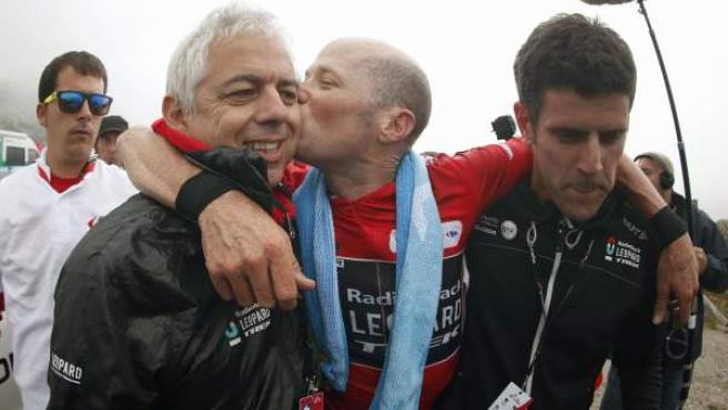 El estadounidense Chris Horner celebra la sentencia de la Vuelta a España en el Angliru.