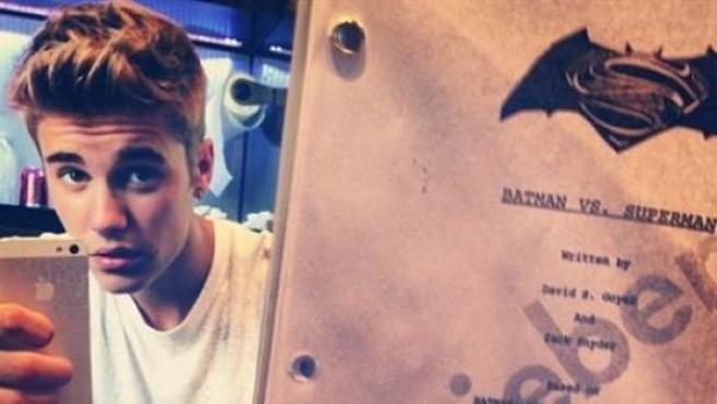 Justin Bieber muestra en su perfil de Instagram un guión de la secuela Man of Steel, haciendo creer a sus 'fans' que interpretaría a Robin en la película.