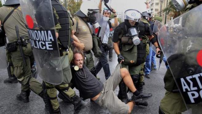 Un manifestante es arrestado durante un acto de protesta frente al Parlamento griego en Atenas, Grecia, este martes 9 de octubre de 2012.