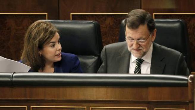 El presidente del Gobierno, Mariano Rajoy (d), junto a la vicepresidenta del Ejecutivo, Soraya Sáenz de Santamaría (i), durante la sesión de control al Gobierno en la Cámara Baja.