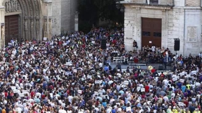 Miles de personas se han concentrado en la plaza de la Virgen en apoyo a las víctimas del metro de Valencia con motivo del séptimo aniversario de la tragedia.