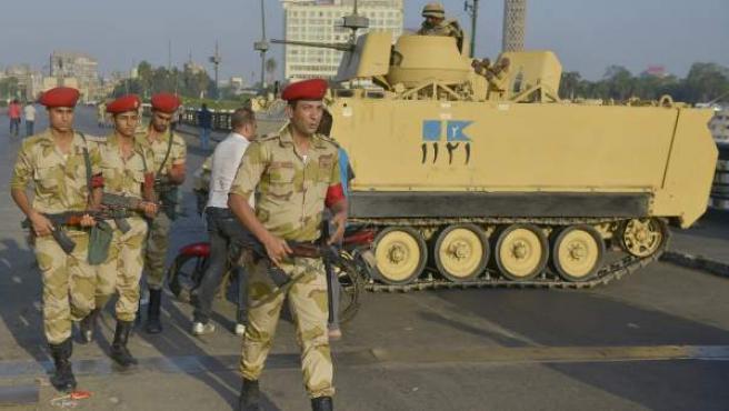 Soldados egipcios patrullan en un puente cercano a la plaza Tahrir , en El Cairo.