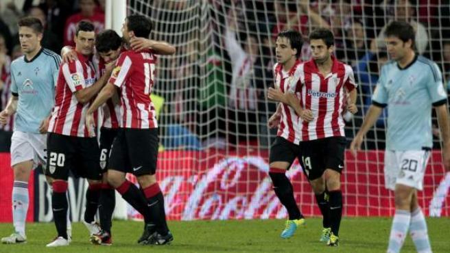 Los jugadores celebran el primer gol rojiblanco en su nuevo estadio, obra de Mikel San José.