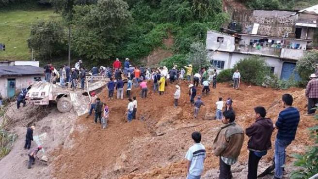 Personal de emergencia participa con ciudadanos en el rescate de cuerpos en el sitio donde al menos doce personas murieron por el deslizamiento de un cerro a causa de las fuertes lluvias en Altotonga (Mexico).