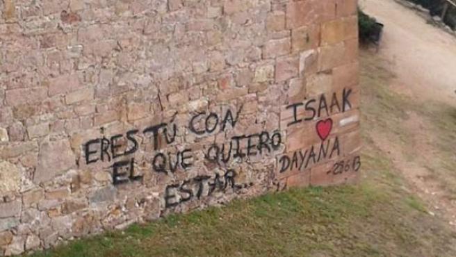 Las pintadas en el muro del Castillo de Montjuïc, en Barcelona.