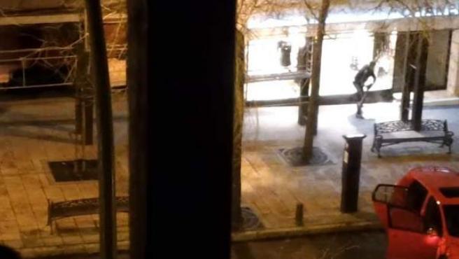 Una imagen que muestra supuestamente a un miembro de la banda de 'El plátano' rompiendo un escaparate.