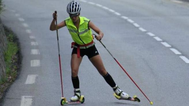 La biatleta Victoria Padial prepara el esquí de fondo en verano practicando rollerski.