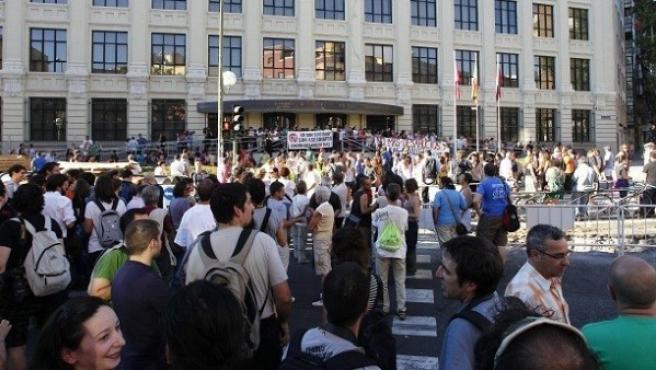 Manifestantes del colectivo antidesahucios, frente a la sede de la EMVS en Palos de la Frontera