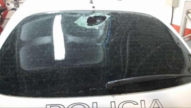 Vehículo policial dañado en el altercado de Las Rehoyas