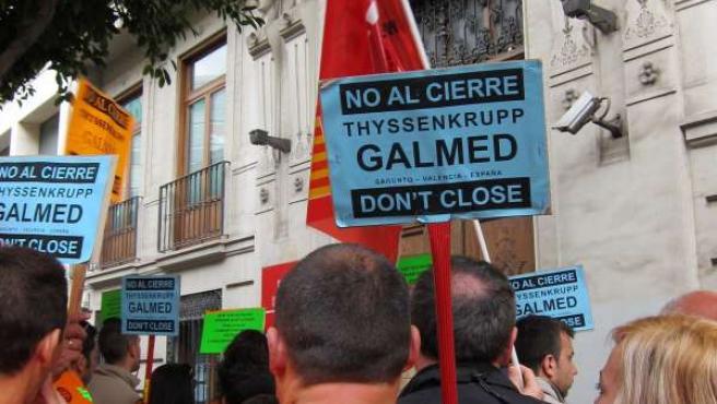 Trabajadores de Galmed en una protesta contra el cierre de la factoría