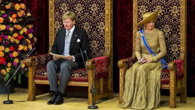 El rey de Holanda Guillermo-Alejandro anuncia nuevas medidas de austeridad y cambios en el Estado de Bienestar en la Sala de la Caballería de La Haya, en un acto que marca el inicio del nuevo curso político.