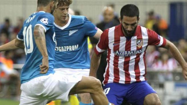 Ansaldi y Danny, jugadores del Zenit San Petersburgo, presionan al turco Arda Turan, del Atlético, durante el partido de la Champios League disputado en el Vicente Calderón.