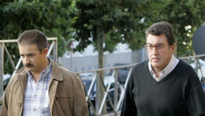 Los responsables de técnicos de Adif, Carlos A.G y Roberto S.A (c e izda) a la entrada del juzgado de Santiago de Compostela.