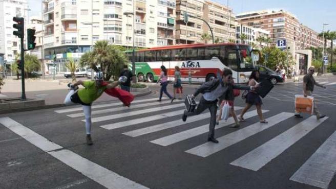 Peatonico en un paso de peatones de Almería
