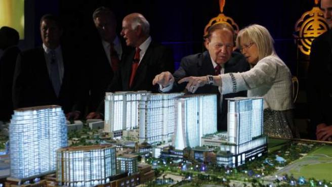 El magnate Sheldon Adelson y su esposa, ante una maqueta de su proyecto en Macao (China).