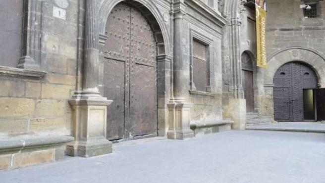 Puerta principal del Ayuntamiento de Alcañiz.