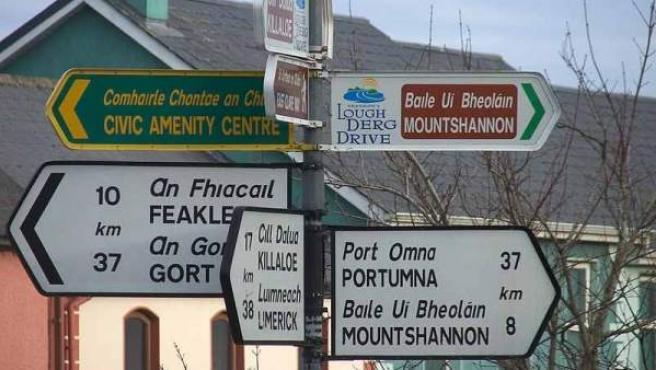 Señales en Irlanda escritas en inglés y gaélico.