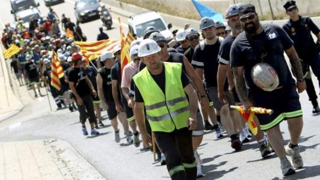 El centenar de mineros de la 'marcha negra' a favor del carbón, que comenzó en Ariño (Teruel), a su llegada a Zaragoza, donde ha concluido con un emotivo y multitudinario acto.
