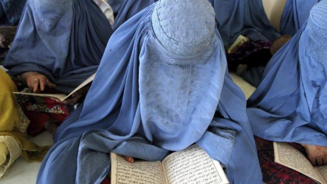 Mujeres vestidas con burka aprenden a leer el sagrado Corán en un seminario en Jalalabad (Afganistán).
